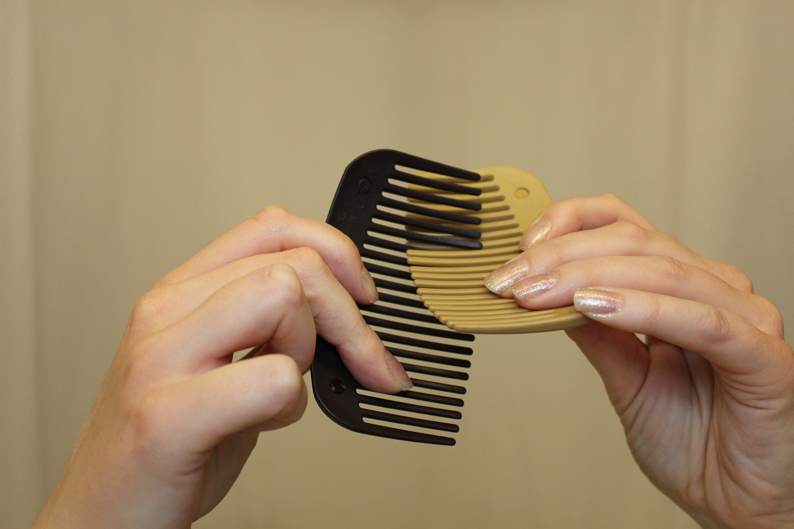 How to interlock the combs 1