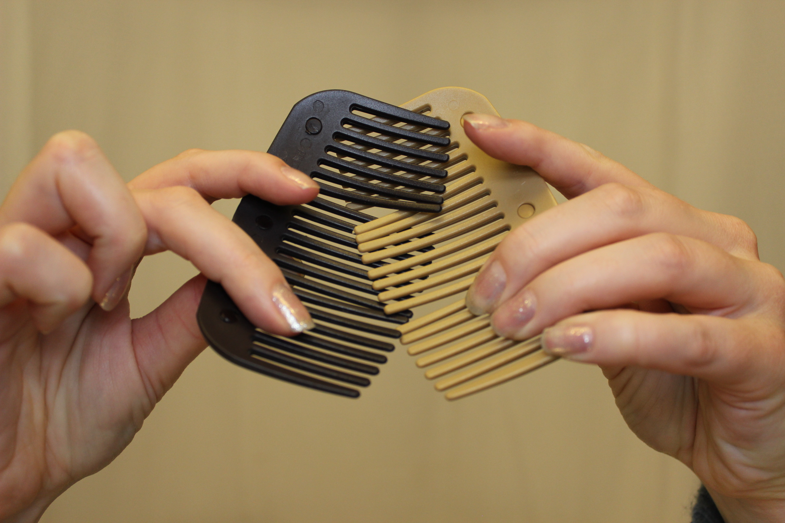 How to interlock the combs 2